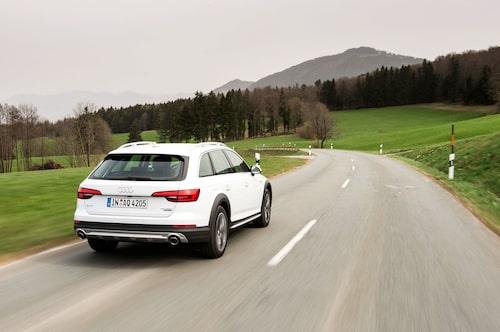 Attraktiva terrängattribut som underkörningsskydd och plastsjok vid hjulhusen förgyller Audi A4 i allroad-utförande.