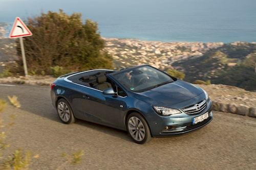Opel Cascada är en fyrsitsig cabriolet som i storlek är jämförbar med tidigare GM-kollegan Saab 9-3 cabriolet.