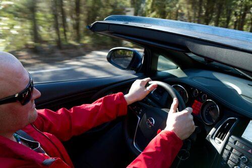Bakom ratten bjuder Cascada på en god körupplevelse med fast chassi och bra stötdämpare.