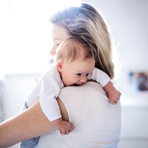 Bebisen pickar och söker med munnen mot den vuxne: ett tecken på att barnet är hungrigt.