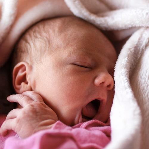 Att bebisen gapar med munnen är en signal om att den är hungrig och vill amma eller ha flaska.