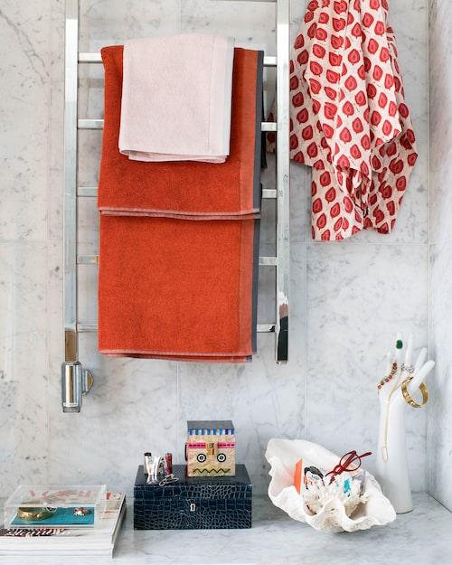 Orange frottéhanddukar, Dirty linen, kimono, Malaika cotton, smycke- skrin av läder, Palmgrens, robotbox, Zara, stor snäcka, Antikmässan, smyckeshand av porslin, Stardust interiors.