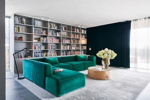I vardagsrummet kommer man lätt i hygge-stämning. I soffan från Hay får hela familjen plats. Det runda soffbordet Eco block kommer från Riva 1920.