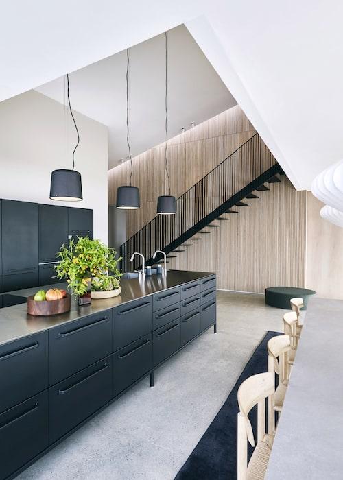 Köksinredningen, med den jättelika köksön och skåpraden bredvid är från Vipp, liksom de svarta taklamporna.