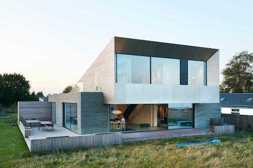 Glashusets stora fönster får sällskap av tegel, trä och metall. Fasaden är av Kolumba-tegel från danska Petersen på undervåningen, och av cederträ på övervåningen. Fasaden som vetter mot havet täcks av aluminiumpaneler.