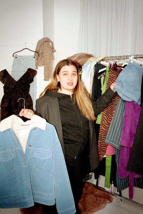 Nadia i kavaj från Blk Denim, hoodie från Balenciaga byxor från Cos och tofflor från Filippa K.
