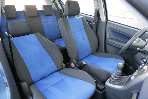 Färgglad matchande inredning med modellnamnet i stolsklädseln. Bra stolar för biltypen.