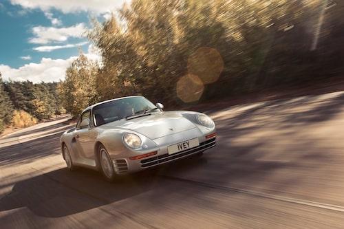 Så enkel, så komplicerad. Porsche 959 erbjuder överraskningar åt båda hållen och är lättkörd som en VW Golf från 1990-talet. Men den går som f-n.