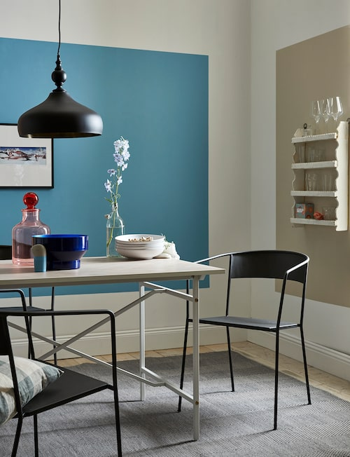 På väggarna blå Palazzo 150 och beige Coelin 70, båda Caparol.