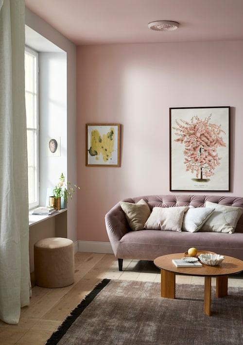 Tak och vägg är målade i rosa Cameo 85, de vita väggarna innehåller ett uns rött, Rose 30, båda från Caparol.