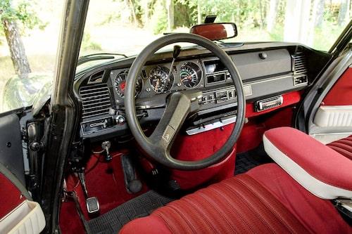 Enekrad ratt har hängt med sedan 1955. Men utförandet har skiftat, den mjuka vadderade kom 1969. Instrumentpanelen kom årsmodell 1970.