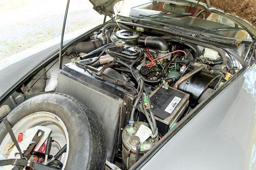 En av bilvärldens längsta motorhuvardöljer ett hav av hydraulikslangar och en gammal stötstångsfyra med rötter i 1930-talet. Stora DS 23-motorn kom 1972.
