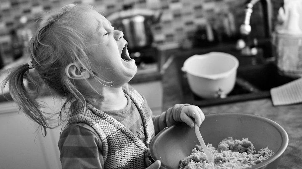 När barnet får ett utbrott är förälderns uppgift att förbli den trygga punkten och att ha tålamod, menar psykolog Hedvig Montgomery