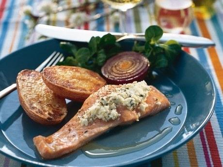 Fetaostbakad lax med stekt potatis och rödlök