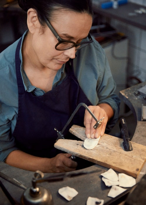 Smyckesdesignern Mia Larsson använder sig gärna av havet och naturen i sitt skapande.