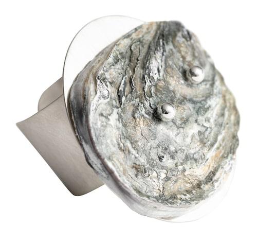 Ring av ostronskal och återvunnet silver.