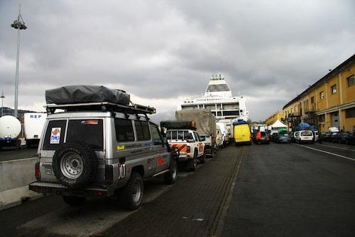 Bilarna står redo för att köra ombord på färjan. Många timmars väntan blev det.