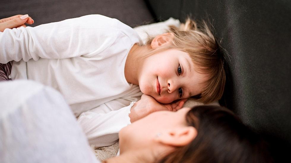 """""""På ett plan är jag glad över att vår mammiga 4-åring älskar mig som hon gör. Men hon kväver mig och stöter bort sin pappa, och det skapar en kil mellan oss"""", skriver mamman."""