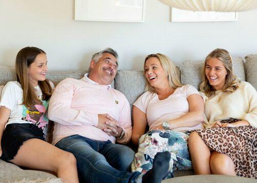 För döttrarna var det naturligt att Åsa flyttade hem igen.