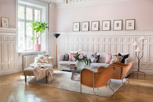 Vardagsrum har ofta mycket ljusinsläpp och med rosa väggar bibehålls en varm atmosfär.