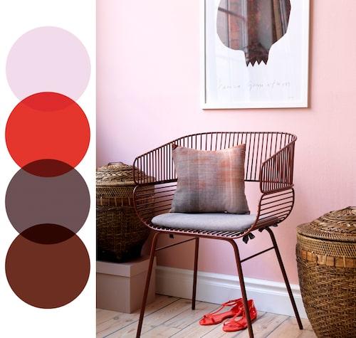 Välj en ljusare nyans av rosa på väggen och förankra sedan rummet med mörkare röda detaljer.