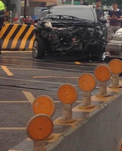 Så här såg bilen ut efter tåget passerat.