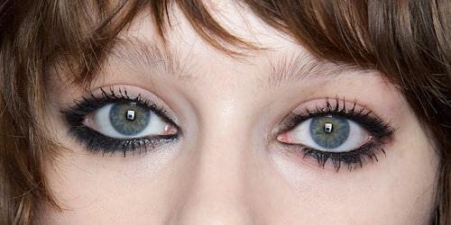 Eyeliner ramar in ögonen på ett dramatiskt och intensivt sätt.
