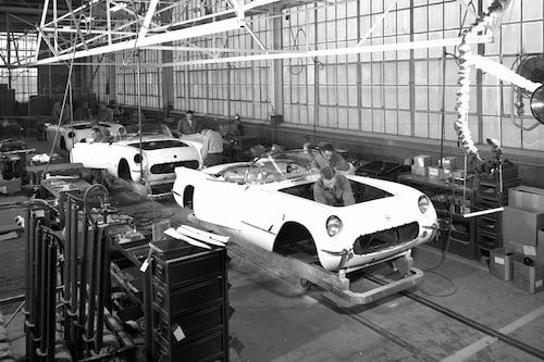 De första Corvetterna byggs i Michigan i juni 1953.