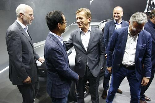 Håkan Samuelsson med Geely-chefen Mr An, Carl-Peter Forster, Mats Fägerhag och Alain Visser. Även Peter Horbury, Volvos tidigare designchef, var så klart på plats... han har ju designat bilen.