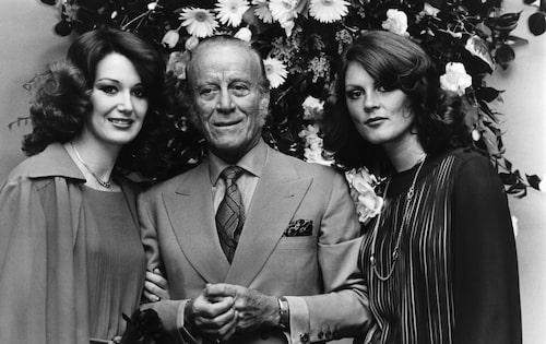 Aldo Gucci med två modeller 1977.