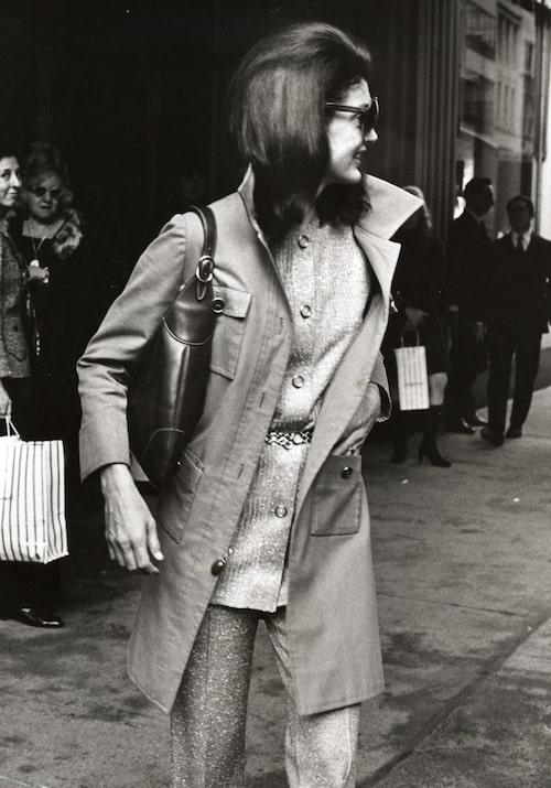Jackie Kennedy Onassis fotograferad med sin Jackie-väska 1970 i New York