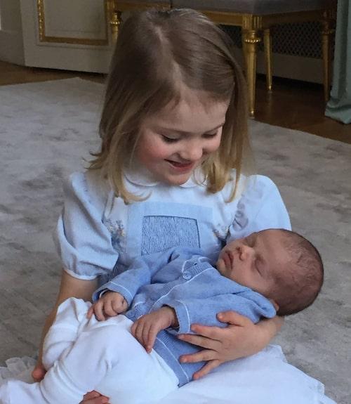 Storasyster och lillebror förevigade av pappa prins Daniel.