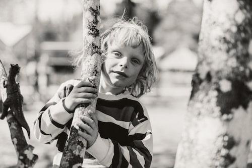 Axel är en social och frimodig liten kille, som gärna drar in vuxna i sina lekar.