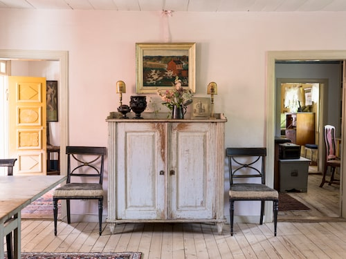 Den över 200 år gamla gustavianska skänken i originalskick flankeras av två så kallade Bellmansstolar från tidigt 1800-tal. Stolarna är senare övermålade i en färgkombination av svart och guld som var populär under slutet av 1800-talet.