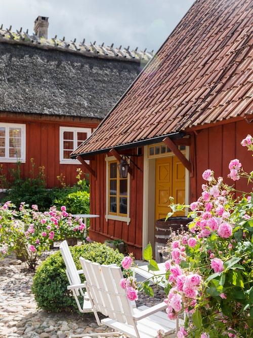 Ulla och Jan-Erik Öhgren är lärare, antikhandlare, trädgårdsfantaster och dyrkare av antikviteter och kulturhistoria.