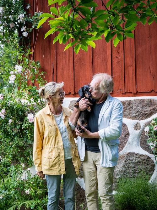 Jan-Erik är även en av grundarna till Brösarpsmässorna som hållits i byn varje år sedan 1994, en antikmässa och en modern mässa med fokus på 1900-talsdesign. Undantagslängan på den vänstra bilden är ofta uthyrd till besökare av Österlens många attraktioner. Högst tryck är det under sommarmånaderna, Brösarpsmässorna och under påskveckan då konstrundan arrangeras.