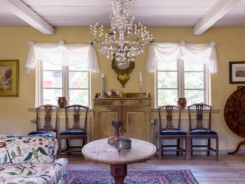 Limfärgat tak, gulkalkade väggar och vitsåpade golv. Gården har renoverats med traditionella metoder som fortfarande är oöverträffade i att åldras på ett vackert sätt.