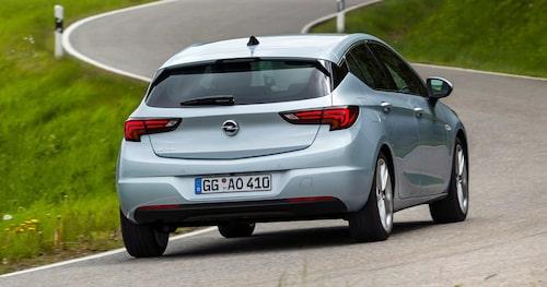Det är en väldigt mild facelift Opel bjuder på med uppdaterade Astra. Det är i fronten man ser skillnader, bakifrån ser den ut som tidigare.