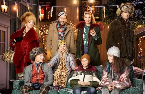 I årets julkalender ser vi bland andra Lena Philipsson, Henrik Johansson, Cecilia Forss och Johan Rheborg.