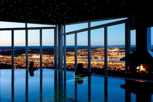 En pool, en brasa och vacker utsikt över Sundsvall.