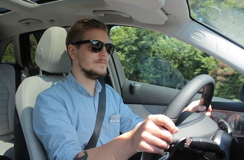 Robin Törnros bakom ratten på Mercedes C-klass kombi. Solglasögonen kostade 40:-.