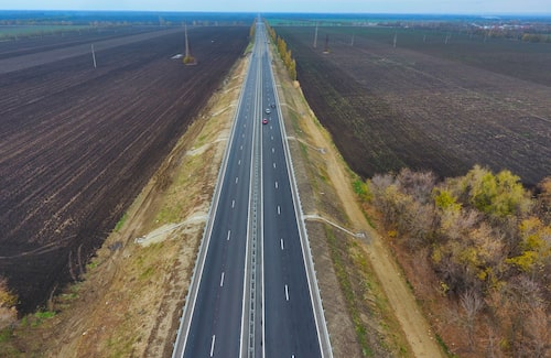 En till motorväg i Ryssland, som verkar ganska färdigbyggd.