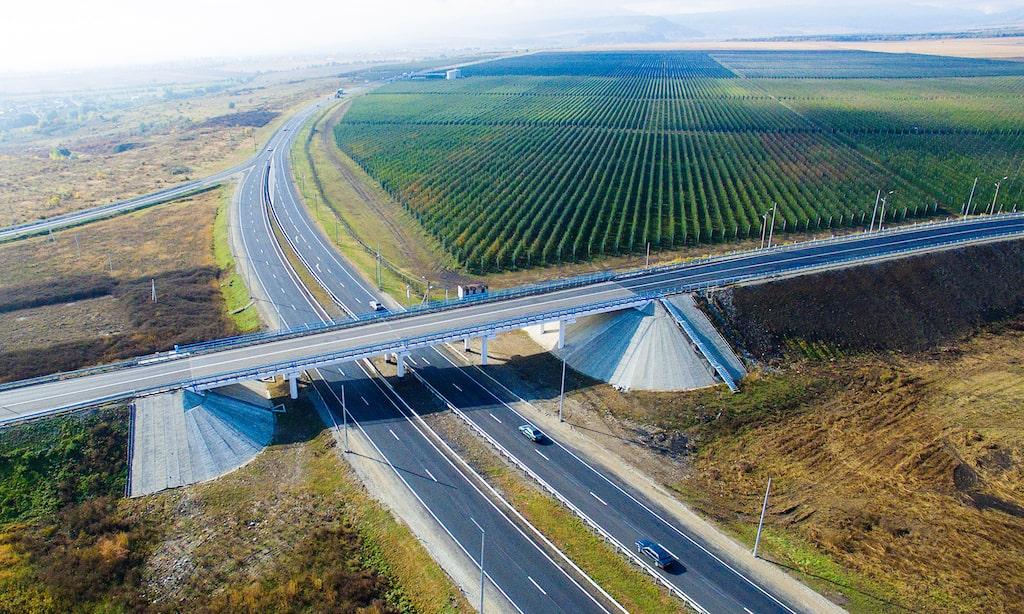 En motorväg i Ryssland. Som är färdigbyggd redan.