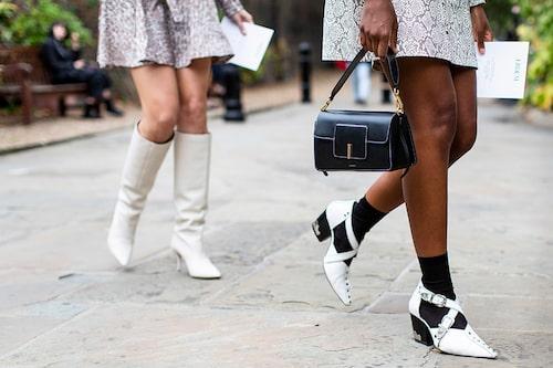 Kontrastrera den svarta väskan mot ljusa boots och mönstrade klänningar när sommaren slår till.
