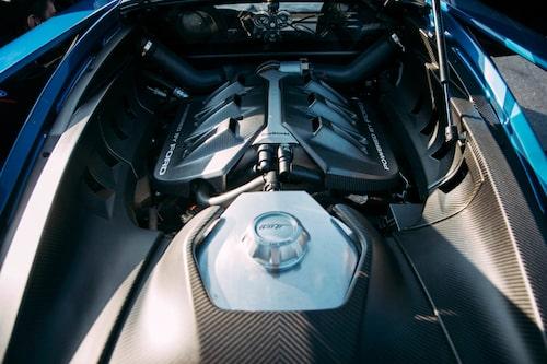 Mitt i bilen sitter den 3,5 liter stora V6-motorn med dubbelturbo. I förgrunden torrsumpstanken.