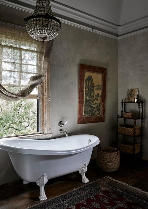 Badrummets och kökets detaljer är nästintill det enda som är av modern standard i huset.