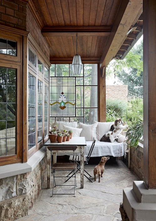 """Hundarnas favorittillhåll på terrassen. Lite lantligt """"shabby"""" med antik fransk dagbädd och loppisfyndad kafémöbel. Innanför de blyinfattade fönstren ligger Annabelles mysrum """"The study""""."""
