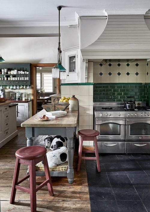 I köket har Annebelle tillåtit sig ett undantag från bevarandeniten, och satt in moderna spisar. Men träinnertak, brädgolv, rustika allmogemöbler – och hundarna på sin sovhylla! – pekar tveklöst i en riktning: Country living.