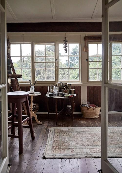 Annabelle målar också, på en av övervåningens inbyggda verandor har hon inrett sin ateljé.