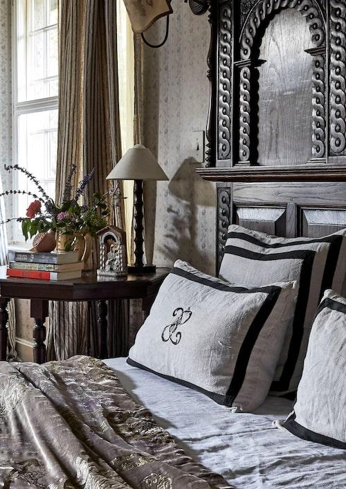 Vilken europeisk herreman, eller wannabe, kan ha sovit i den här barockt överlastade stolpsängen? Draperad med dov, glänsande sammet – men bäddad med vita lakan, det finns trots allt gränser – motsvarar sängen på pricken Annabelles idé om en stilenlig plats för sömn.